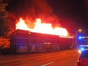 Beim Brand eines unbewohnten Mehrfamilienhauses in Uttwil TG ist in der Nacht auf Freitag, 6. Juli, grosser Sachschaden entstanden. Das Gebäude befand sich im Umbau (Bild: Kantonspolizei Thurgau)