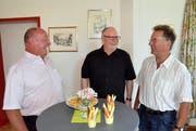 Nach dem Abschiedsgottesdienst ist vor dem Apéro: Martin Dönni, Kirchgemeindepräsident von Evangelisch Dussnang, Pfarrer Walter Oberkircher und Christian Feuz, Kirchgemeindepräsident von Evangelisch Bichelsee.