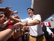 Der kanadische Premierminister Justin Trudeau begrüsst Anhänger am Canada Day in Leamington in der Provinz Ontario. (Bild: KEYSTONE/AP The Canadian Press/GEOFF ROBINS)