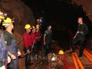 Bei der Rettungsaktion für die in einer Höhle in Thailand eingeschlossenen Jugendlichen ist am Freitag ein ehemaliger Angehöriger einer militärischen Spezialeinheit ums Leben gekommen. In der Höhle soll eine Sauerstoffleitung verlegt werden, damit die Gruppe mehr Luft zum Atmen erhält. (Bild: KEYSTONE/EPA THAI NAVY SEAL/THAI NAVY SEAL HANDOUT)