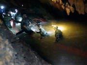 Retter in der Höhle Tham Luang-Khun Nam Nang Non im Norden Thailands. (Bild: KEYSTONE/AP Tham Luang Rescue Operation Center)