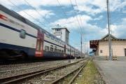 Der Bahnhof Steinhausen wird im Sommer komplett umgebaut und deswegen einen Monat gesperrt. (Bild: Maria Schmid (10. April 2018))