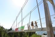 Die 374 Meter lange Fussgänger-Hängebrücke auf Sattel-Hochstuckli ist ein Besuchermagnet. (Manuela Jans-Koch, 8. Juli 2010)