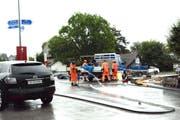 Bauarbeiter bereiten die Betonierarbeiten für die Nachbesserungen am Kreisel in Mauren vor. (Bild: Georg Stelzner)