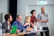 Sie helfen bei der Suche nach einem neuen Vorstand für den Südpol: Irina Lorez und Manuel Kühne (stehend) anlässlich der Mitgliederversammlung. (Bild: Pius Amrein (Kriens, 5. Juli 2018))