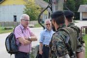 Landamann Paul Signer (links) und Fredi Indermauer im Gespräch mit Mitgliedern der Panzersappeurbataillon 11. (Bild: PD)