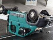 Die Linkskurve nicht gekriegt hat dieser Lieferwagen in Ebikon. (Bild: Luzerner Polizei)