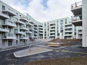 In vielen Regionen der Schweiz gibt es zwar genügend Mietwohnungen, doch fehlt es an billigen Wohnungen. Beim Wohneigentum ist die Nachfrage ebenfalls grösser als das Angebot. Im Bild die städtische Wohnsiedlung Kronenwiese in Zürich. (Bild: KEYSTONE/CHRISTIAN BEUTLER)