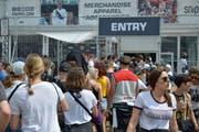 Vor dem Snipes-und Merchandise-Shop bildet sich eine lange Warteschlange. (Bild: Mario Testa)