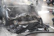 Der Motorraum des Autos ist komplett ausgebrannt. Das Auto brennt lichterloh. (Bild: Luzerner Polizei (Luzern, 5. Juli 2018))