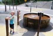 Der neue Brunnen am Bahnhofplatz in Uzwil: Zumindest den Kindern gefällt's. (Bilder: Philipp Stutz)