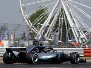Lewis Hamilton fährt im ersten Training in Silverstone die Bestzeit (Bild: KEYSTONE/AP/LUCA BRUNO)