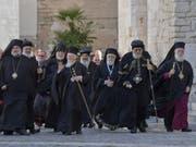 Vertreter orientalischer und orthodoxer Kirchen im Nahen Osten treffen zu einem Treffen mit Papst Franziskus in der Basilica St. Nicolas in Bari ein. (Bild: Keystone/EPA/CIRO FUSCO)