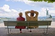Ein älteres Paar geniesst den lauen Juninachmittag auf einer Parkbank am Bürkliplatz in Zürich. (Gaetan Bally/Keystone)
