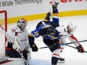 Taylor Chorney (rechts, im weissen Dress der Washington Capitals) wird ab der kommenden Saison für den HC Lugano verteidigen (Bild: KEYSTONE/FR84052 AP/BILL BOYCE)