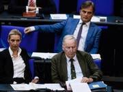 Laut Umfrage so stark wie die SPD: die rechtspopulistische AfD, im Bild die Co-Vorsitzenden Alice Weidel und Alexander Gauland (Vorne) sowie Mitglied Bernd Baumann. (Bild: KEYSTONE/EPA/CLEMENS BILAN)