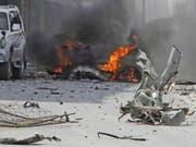 Ein brennendes Auto nach dem Anschlag in Mogadischu, Somalia. (Bild: Keystone/AP/FARAH ABDI WARSAMEH)