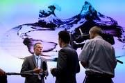 Bundesrat Ignazio Cassis (links) spricht mit Journalisten an einer Medienkonferenz über die Beziehungen Schweiz - EU. (Bild: Anthony Anex/Keystone)