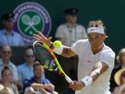 Rafael Nadal beim Return im Spiel gegen den australischen Teenager Alex de Minaur (Bild: KEYSTONE/AP/KIRSTY WIGGLESWORTH)