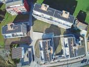 Schwemmiweg-Quartier in Walenstadt: Besitzer von Fotovoltaikanlagen verkaufen den überschüssigen Solarstrom an ihre Nachbarn. (Bild: PD)