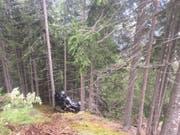 Das Auto landete total zerstört an einem Baum. (Bild: Kantonspolizei Graubünden)