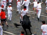 Bereits am ersten Tag der Stierhatz in Pamplona wurden vier Personen verletzt, einer davon wurde von einem Stier auf die Hörner genommen. (Bild: Keystone/EPA/JESUS DIGES)
