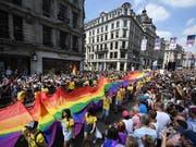 Grosser Pride-Umzug durch London vor zahlreich erschienenem Publikum (Bild: KEYSTONE/EPA/ANDY RAIN)
