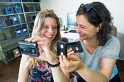 Joana Bos (links) und Sabina Casacuberta können über die dicken Videokassetten nur noch lachen. (Bild: Eveline Beerkircher Luzern, 20. Juni 2018)