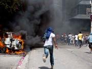 Proteste in Port-au-Prince gegen die Erhöhung der Benzinpreise (Bild: KEYSTONE/AP/DIEU NALIO CHERY)
