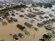 Überflutete Wohnquartiere in Kurashiki (Bild: KEYSTONE/AP Kyodo News)