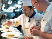 Benötigen die Teigwaren nicht noch ein wenig Pfeffer? Chefkoch Luigi Carotenuto und Food & Beverage Manager Antonio Di Stasio testen die verschiedenen Gerichte des Nachtessens. (Bild: Dominik Buholzer (Palermo, 31.Mai 2018))