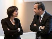 CVP-Parteipräsident Gerhard Pfister im Gespräch mit Parteikollegin und Bundesrätin Doris Leuthard. (Bild: KEYSTONE/PETER SCHNEIDER)