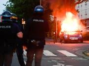 Vierte Krawallnacht in Folge: In der westfranzösischen Stadt Nantes setzten Demonstranten auch am frühen Samstag Autos in Brand. (Bild: KEYSTONE/AP/FRANCK DUBRAY)