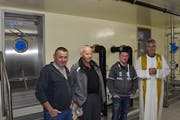 Sie sind stolz über die Fertigstellung des Wasserreservoirs Gsang (von links): Karl Poletti, Anton Simmen (Wasserverbund), Gemeindepräsident Beda Regli und Diakon Edy Imhof. (Bild: Georg Epp, Hospental, 6. Juli 2018)