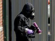 Ein Polizist untersucht ein Haus im englischen Salisbury, wo ein mit dem Nervengift Nowitschok kontaminiertes Paar aufgefunden wurde. (Bild: KEYSTONE/AP/MATT DUNHAM)