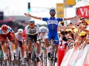 Der kolumbianische Tour-Debütant Fernando Gaviria triumphiert in Fontenay-Le-Comte im Massensprint souverän vor Weltmeister Peter Sagan (Bild: KEYSTONE/EPA/SEBASTIEN NOGIER)