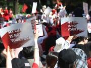 Südkoreanerinnen protestieren gegen die Verbreitung von heimlich gemachten Videos (Bild: KEYSTONE/AP Yonhap/RYU HYO-LIM)