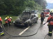 Nun definitiv schrottreif: Ein Auto ist auf dem Weg zum Recyclinghof in Landquart GR komplett ausgebrannt. (Bild: Kantonspolizei Graubünden)