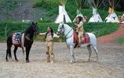 Winnetou (Tom Volkers) mit seinem Pferd Iltschi. Rechts Giusy Bringold als Häuptlingstochter Ribanna. (Bild: Romano Cuonz, Engelberg, 6. Juli 2018)