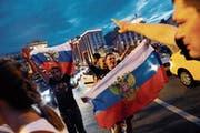 Russische Anhänger in den Strassen Moskaus nach dem Achtelfinalsieg gegen Spanien. Das WM-Fieber ist deutlich gestiegen. (Bild: Felipe Trueba/EPA (1. Juli 2018))