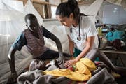 Eine Mitarbeiterin der «Ärzte ohne Grenzen» behandelt ein Kind im südsudanesischen Lankien. (Bild: Karel Prinsloo/EPA; 13. Januar 2015)