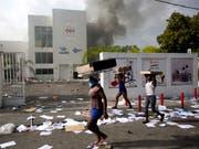 Auf Haiti kam es am Samstag zu gewaltätigen Protesten gegen eine geplante Erhöhung der Treibstoffpreise. (Bild: KEYSTONE/AP/DIEU NALIO CHERY)