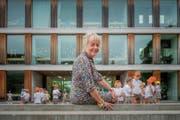 Abschied in den Kinderfest-Kleidern von Akris: Kathrin Holzer an ihrem letzten Tag im Schulhaus Schönenwegen. (Bild: Urs Bucher)