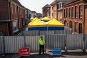 Spezialisten untersuchen ein Wohnheim in Salisbury, in dem eines der Nowitschok-Opfer lebte. (Bild: Jack Taylor/Getty, 6. Juli 2018)