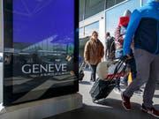 Computer und Flüssigkeiten dürfen im Handgepäck bleiben: Am Flughafen Genf ist ein weltweit neuartiger Gepäckscanner in Betrieb genommen worden. (Bild: KEYSTONE/SALVATORE DI NOLFI)