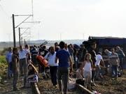 Überlebende des Zugunglücks im westtürkischen Tekirdag warten auf ärztliche Betreuung. (Bild: KEYSTONE/EPA DEPO PHOTOS/MEHMET YIRUN)