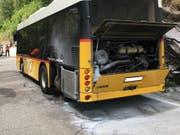 Das brandgeschwärzte Postauto nach dem Ende der Löscharbeiten. (Bild: Kantonspolizei Graubünden)