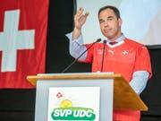 Die Delegiertenversammlung in Les Bugnenets NE blieb sein einziger öffentlicher Auftritt als SVP-Generalsekretär: Dominique Steiner hat seine neue Stelle nach nur einer Woche bereits wieder gekündigt. (Bild: KEYSTONE/PATRICK HUERLIMANN)
