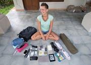 Die digitale Nomadin mit dem Inhalt ihres Rucksacks.