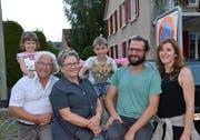 Drei Generationen der Familie Schmid feiern am Brunnenfest: Viona, André, Karin, Thierry, Marcel Schmid und seine Partnerin Fabienne Villars. (Bild: Christoph Heer)